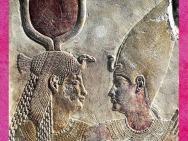 D'après la déesse Isis et le roi Nectanebo II, relief calcaire peint, XXXe dynastie, Basse époque, Sérapeum de Saqqara, Égypte Ancienne. (Marsailly/Blogostelle)
