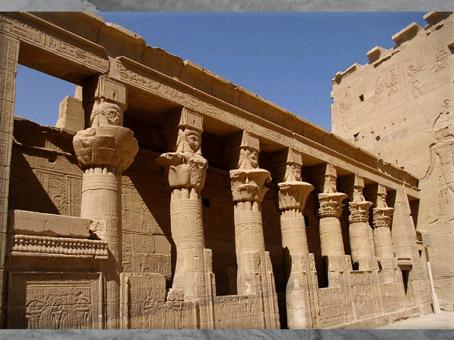 D'après les colonnes à motifs végétaux et hathoriques, temple de Philae, XXXe dynastie-époque romaine, Aguilkia, Assouan, Égypte Ancienne. (Marsailly/Blogostelle)
