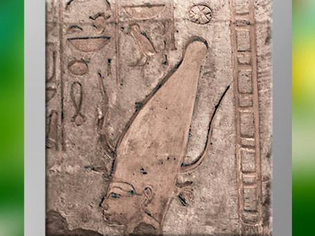 D'après la déesse Satet-Satis, couronne de la Haute-Égypte et cornes de gazelle, grès peint, XVIIIe dynastie, Nouvel Empire, Égypte Ancienne. (Marsailly/Blogostelle)