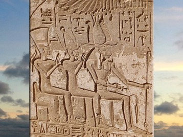 D'après, Khnoum-Rê, Satet-Satis et leur fille Anouket-Anoukis, triade d'Éléphantine, XXe dynastie, île d'Éléphantine, Assouan, Égypte Ancienne. (Marsailly/Blogostelle)
