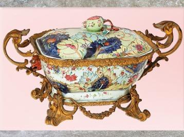 D'après une porcelaine chinoise, époque de Qianlong, vers 1735 -1796, dynastie Qing, Chine, sur bronze doré, XVIIIe siècle, style Rocaille. (Marsailly/Blogostelle)