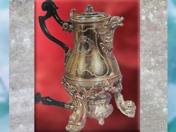 D'après une chocolatière et son réchaud, de l'orfèvre Henry-Nicolas Cousinet, argent doré, 1729, cadeau de Louis XV à la reine Marie Leczinska, style Rocaille, XVIIIe siècle, France. (Marsailly/Blogostelle)