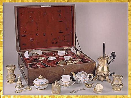 D'après la vaisselle à chocolat offerte par Louis XV à la reine Marie Leczinska, de Henry-Nicolas Cousinet, 1729, style Rocaille, XVIIIe siècle, France. (Marsailly/Blogostelle)