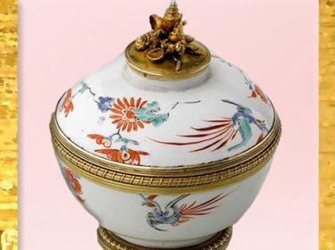 D'après un sucrier en porcelaine du Japon, monture argent doré, de Henry-Nicolas Cousinet, 1729, cadeau de Louis XV à la reine Marie Leczinska, style Rocaille, XVIIIe siècle, France. (Marsailly/Blogostelle)