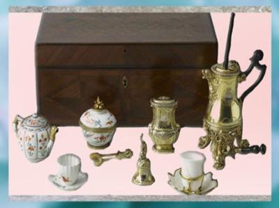 D'après le nécessaire à thé, à café et à chocolat de Marie Leczinska, cadeau du roi Louis XV à son épouse, de Henri-Nicolas Cousinet, 1729, style Rocaille, XVIIIe siècle, France. (Marsailly/Blogostelle)