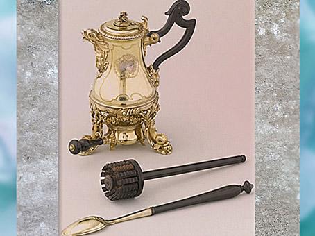 D'après la chocolatière et accessoires, vermeil (argent doré), de l'orfèvre Henry-Nicolas Cousinet, 1729, cadeau de Louis XV à la reine Marie Leczinska, style Rocaille, XVIIIe siècle, France. (Marsailly/Blogostelle)