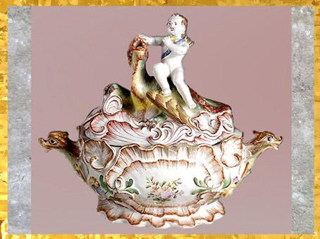 D'après une soupière, Cupidon et dragon, faïence, vers 1755, Jacques Chapelle, manufacture de Sceaux, France, XVIIIe siècle, période Rocaille. (Marsailly/Blogostelle)