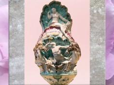 D'après une fontaine-applique, le char d'Amphitrite, faïence, décor petit feu, fabrique de la veuve Perrin, Marseille, fin XVIIIe siècle, période Rocaille. (Marsailly/Blogostelle)