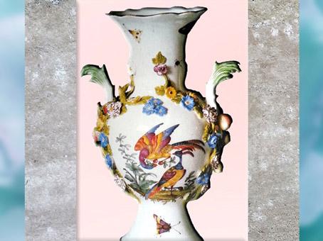 D'après un vase, fleurs et paons, porcelaine dure de Meissen, à décor peint, vers 1750, Saxe, XVIIIe siècle, période Rocaille. (Marsailly/Blogostelle)