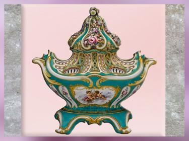 D'après un pot-pourri en forme de gondole, porcelaine à pâte tendre, vers 1756–1757, objet de Madame de Pompadour, maîtresse de Louis XV, manufacture de Sèvres, XVIIIe siècle, France, style Rocaille. (Marsailly/Blogostelle)