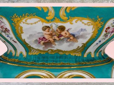 D'après un pot-pourri, cupidons, détail, porcelaine à pâte tendre, vers 1756–1757, objet de Madame de Pompadour, maîtresse de Louis XV, manufacture de Sèvres, XVIIIe siècle, France, style Rocaille. (Marsailly/Blogostelle)
