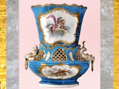 D'après un vase à anses dauphins, porcelaine tendre et bronze doré, signé du peintre Charles-Nicolas Dodin (selon Boucher), 1755, manufacture royale de Vincennes-Sèvres, style Rocaille, XVIIIe siècle, France. (Marsailly/Blogostelle)
