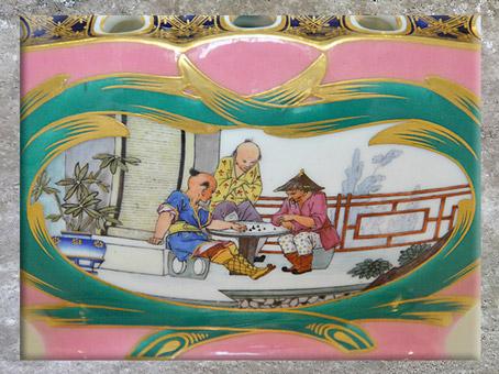 D'après un pot-pourri, détail chinoiserie, de Charles-Nicolas Dodin, porcelaine tendre et dorure, manufacture de Sèvres, XVIIIe siècle France, période Rocaille. (Marsailly/Blogostelle)