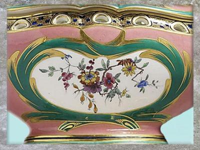 D'après un pot-pourri, détail floral, de Charles-Nicolas Dodin, porcelaine tendre et dorure, manufacture de Sèvres, XVIIIe siècle France, période Rocaille. (Marsailly/Blogostelle)