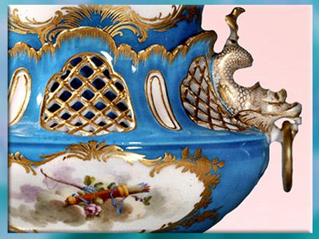 D'après un vase, anse dauphin, carquois de Cupidon, porcelaine, signée Charles-Nicolas Dodin (selon Boucher), 1755, manufacture de Vincennes-Sèvres, style Rocaille, XVIIIe siècle, France. (Marsailly/Blogostelle)