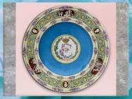 D'après le service de porcelaine de la tsarine Catherine II, assiette, vase, ouvrage de la manufacture de Sèvres, 1776 -1779, France, XVIIIe siècle. (Marsailly/Blogostelle)