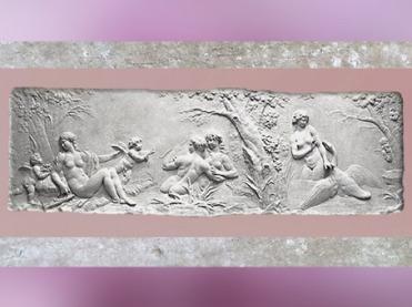 D'après Vénus et les nymphes désarmant l'Amour, Léda séduite par Jupiter en cygne, bas-relief, de Clodion, 1782, marbre, hôtel de Besenval, Paris, France XVIIIe siècle, Néoclassique. (Marsailly/Blogostelle)
