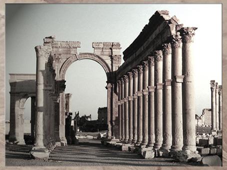 D'après l'arc et la colonnade, vestiges détruits de la cité de Palmyre, Ier-IIIe siècle, Syrie. (Marsailly/Blogostelle)