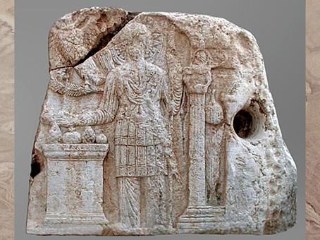 D'après scène cultuelle, Malakbêl, autel, grenades et pommes de pin, sanctuaire de Malakbel et Aglibôl, temple de Baal, Ier- IIIe siècle, antique Palmyre, Syrie. (Marsailly/Blogostelle)