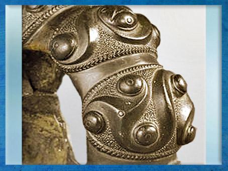 D'après des motifs de triskèles, bracelet, bronze, IIIe siècle avjc, Tarn, France, La Tène, Gaule celtique, âge du Fer. (Marsailly/Blogostelle)