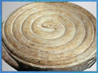 D'après le Jeu du serpent Mehen, lové en spirale, cheminement vers le centre, Ve-VIe dynasties, Ancien Empire, Égypte ancienne. (Marsailly/Blogostelle)