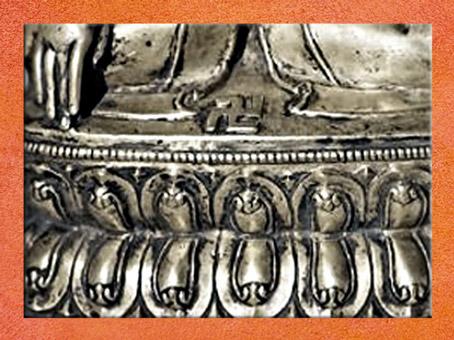 D'après une statue tibétaine, Tonpa Shenrab, socle à  frise de nagas et svastika, cuivre doré et argent, détail, XVe-XVIe siècle, Extrême-Orient. (Marsailly/Blogostelle)