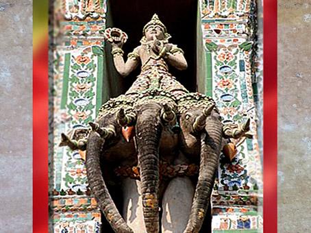 D'après le dieu Indra armé de son foudre circulaire, le Vajra, forgée par Tvastr, Phra Prang, Bangkok. (Marsailly/Blogostelle)