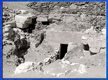 D'après la deuxième pyramide du roi Amenemhat III, entrée, XIIe dynastie, Moyen Empire, Hawara, Fayoum, Égypte ancienne. (Marsailly/Blogostelle)
