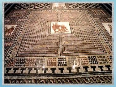 D'après le labyrinthe, Thésée et le Minotaure, mosaïque de Loigersfelder, vers 350 avjc, IVe siècle avjc, art antique. (Marsailly/Blogostelle)