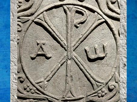 D'après le Chrisme, alpha et oméga, cuve du sarcophage de Drausin, marbre, Soissons, VIe siècle apjc, époque Mérovingienne. (Marsailly/Blogostelle)