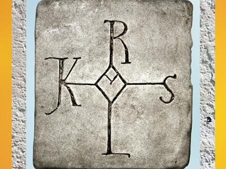 D'après le monogramme de Charlemagne, pierre gravée, début XXe siècle, sur le modèle d'un codex du Xe siècle médiéval. (Marsailly/Blogostelle)