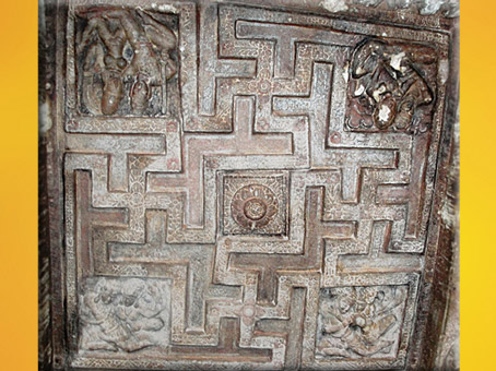 D'après le motif du svastika, grottes de Badami, période Chalukyas, VIe-VIIIe siècle, Karnataka, Inde ancienne. (Marsailly/Blogostelle)