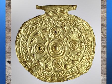 D'après des tourbillons circulaires et svastikas, bijou étrusque, VIIe siècle avjc, période Étrusque, Italie. (Marsailly/Blogostelle)