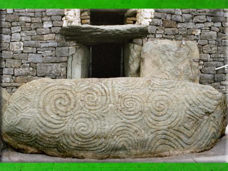 D'après des triskèles et spirales, mégalithe gravée, Newgrange, Irlande, période Néolithique. (Marsailly/Blogostelle)