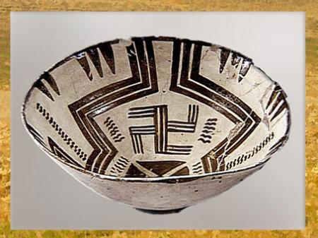 D'après un décor tournoyant et svastika, céramique peinte, Samarra, vers 5000 avjc, Mésopotamie, Orient ancien. (Marsailly/Blogostelle)