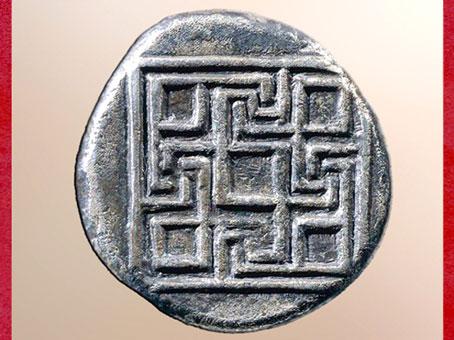 D'après un labyrinthe géométrique, statère de Cnossos, argent, vers 425-360 avjc, Crète, Grèce antique. (Marsailly/Blogostelle)
