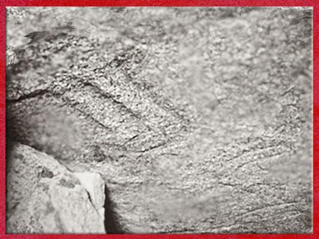 D'après une double hache gravée, Table des Marchand, Locmariaquer, Gravinis, Bretagne, France, période Néolithique. (Marsailly/Blogostelle)