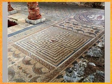 D'après le labyrinthe du Minotaure, mosaïque romaine, IIe siècle, Maison des Fontaines, Conímbriga, Portugal, art antique. (Marsailly/Blogostelle)