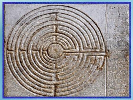 D'après un petit labyrinthe, cathédrale de Lucques, pilier gravé, façade, XIe siècle,  Toscane, Italie, art médiévale. (Marsailly/Blogostelle)
