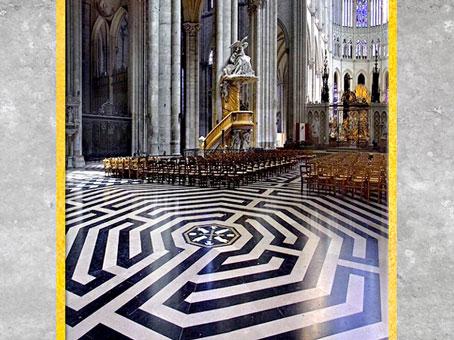D'après le labyrinthe de la cathédrale d'Amiens, et sa pierre centrale,  1220-1269, XIIIe siècle, style Gothique, art médiéval. (Marsailly/Blogostelle)