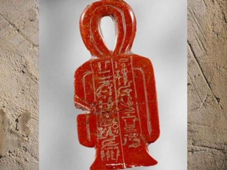 D'après le nœud Tit de la déesse Isis, amulette au nom de Sarbykhyna dit Iby, XVIIIe dynastie, Nouvel Empire, Égypte ancienne. (Marsailly/Blogostelle)
