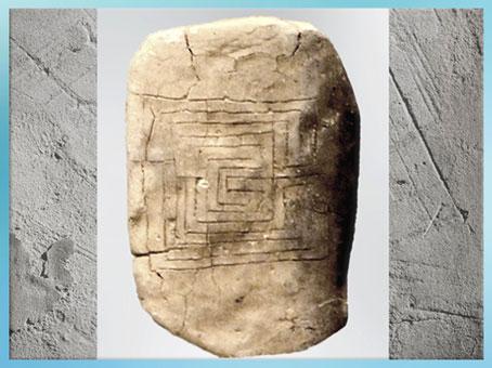 D'après un graphisme de labyrinthe, tablette, terre cuite, revers, 1600-1200 avjc, cité de Pylos, civilisation mycénienne, Grèce antique. (Marsailly/Blogostelle)