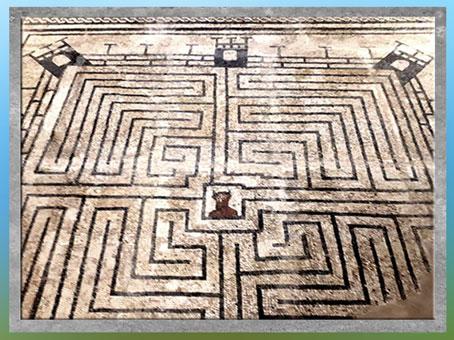 D'après le labyrinthe du Minotaure, mosaïque romaine, IIe siècle, Maison des Fontaines, Conímbriga, Portugal. (Marsailly/Blogostelle)