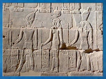 D'après la déesse Isis, Osiris et Horus, cour, temple de Philae, XXX dynastie-époque romaine, Aguilkia, Assouan. (Marsailly/Blogostelle)
