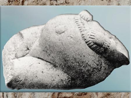 D'après une femme ou déesse enceinte, et parure, Russie, gravettien, vers 26 000 – 20 000 ans avjc, paléolithique supérieur. (Marsailly/Blogostelle)