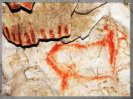 D'après un animal et signes, peinture rouge, Cueva del Pindal, vers 18 000-13 000 avjc, Espagne, paléolithique supérieur. (Marsailly/Blogostelle)