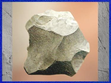 D'après un éclat Levallois, outil en silex, paléolithique inférieur. (Marsailly/Blogostelle)