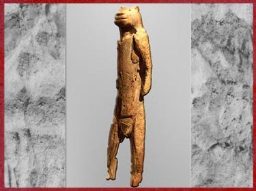 D'après une statuette anthropomorphe à tête de lion, os sculpté, aurignacien, paléolithique supérieur. (Marsailly/Blogostelle)