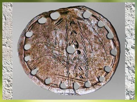 D'après une rondelle perforée et séries d'incisions, os, paléolithique supérieur. (Marsailly/Blogostelle)