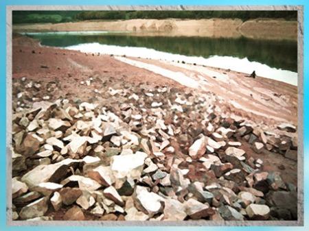 D'après les lacs et les rivières, lieux de campements des chasseurs-cueilleurs de la préhistoire. (Marsailly/Blogostelle)